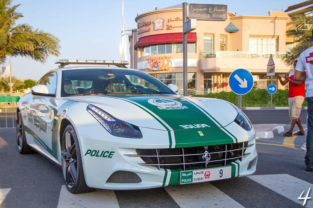 Polisen kör Ferrari och Lamborghini
